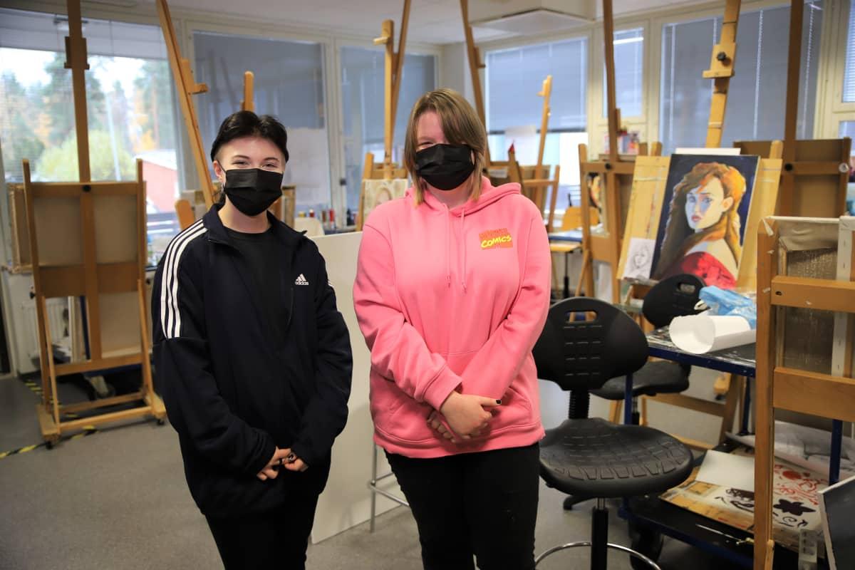 Kouvolan seudun ammattiopiston meadia-alan ja kuvallisen ilmaisun opiskelijat Neea Eklund ja Anni Partanen.