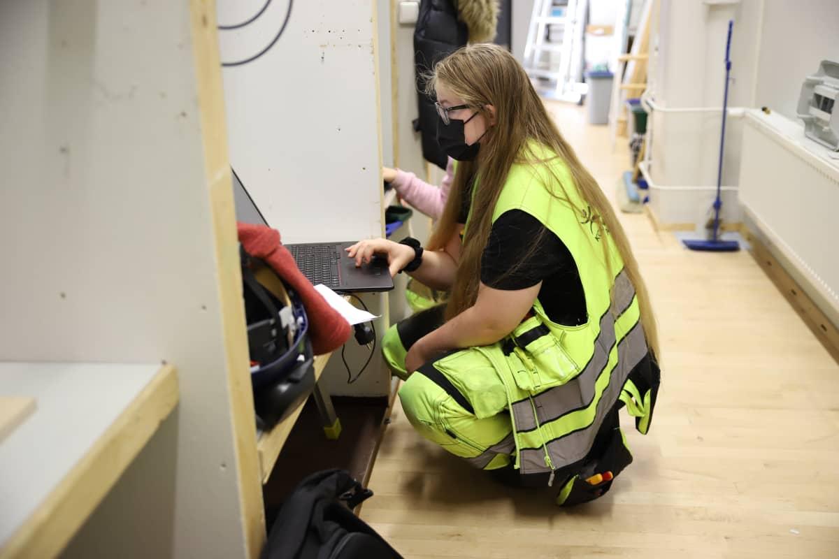 Kouvolan seudun ammattiopiston sähkö- ja automaatioalan opiskelija Amanda Lukander.