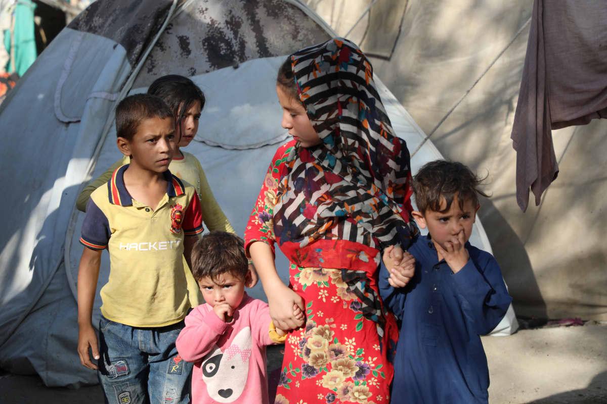 Sisarukset isosiskon hoivissa kabulilaisella pakolaisleririllä
