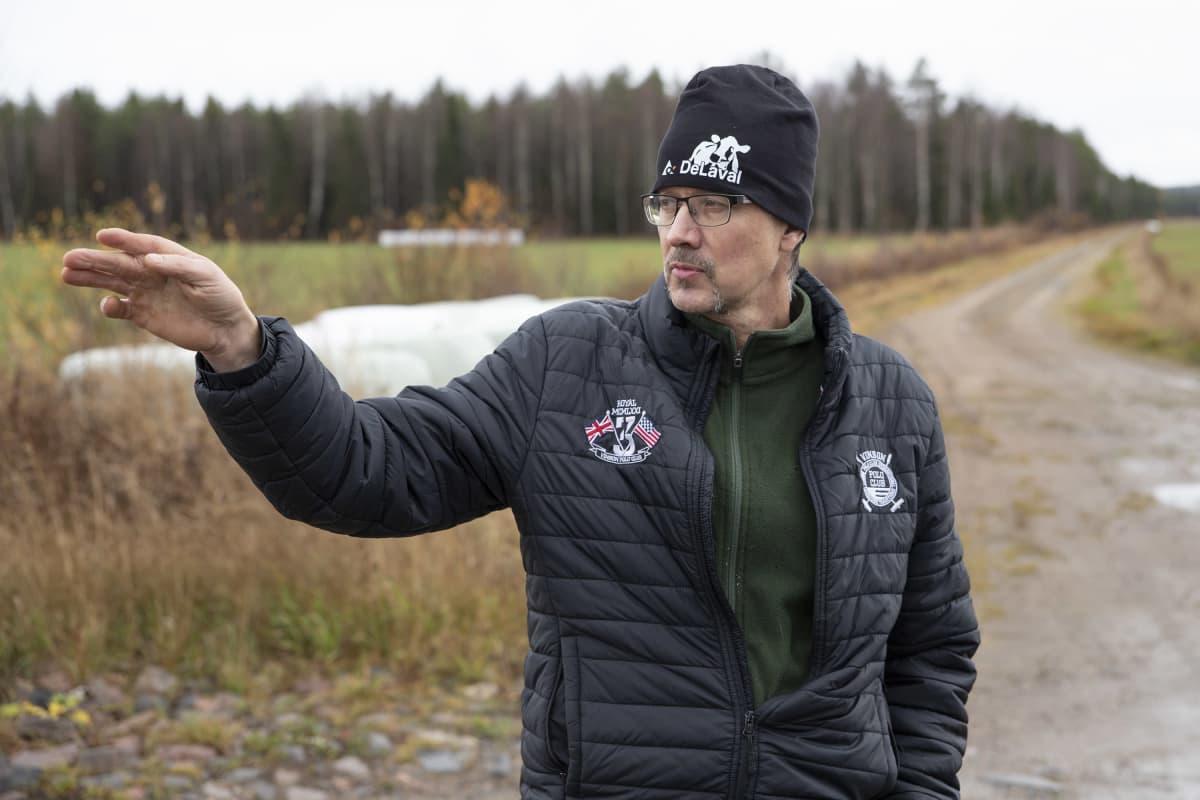 Kiuruvetinen luomuviljelijä Tuomo Tikka pellon laidalla.