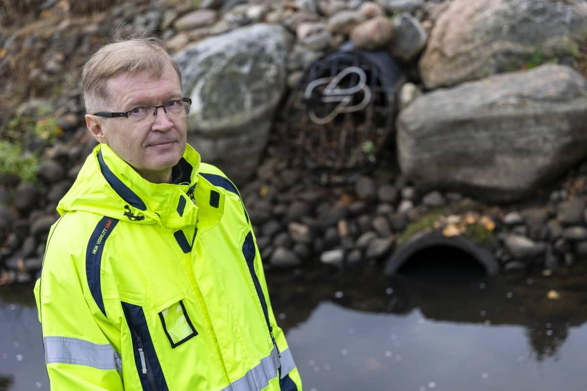 JARMO LAAKSOVIITA hulevesi-insinööri, Kuopion kaupunkingilta seisoo viemärin vieressä
