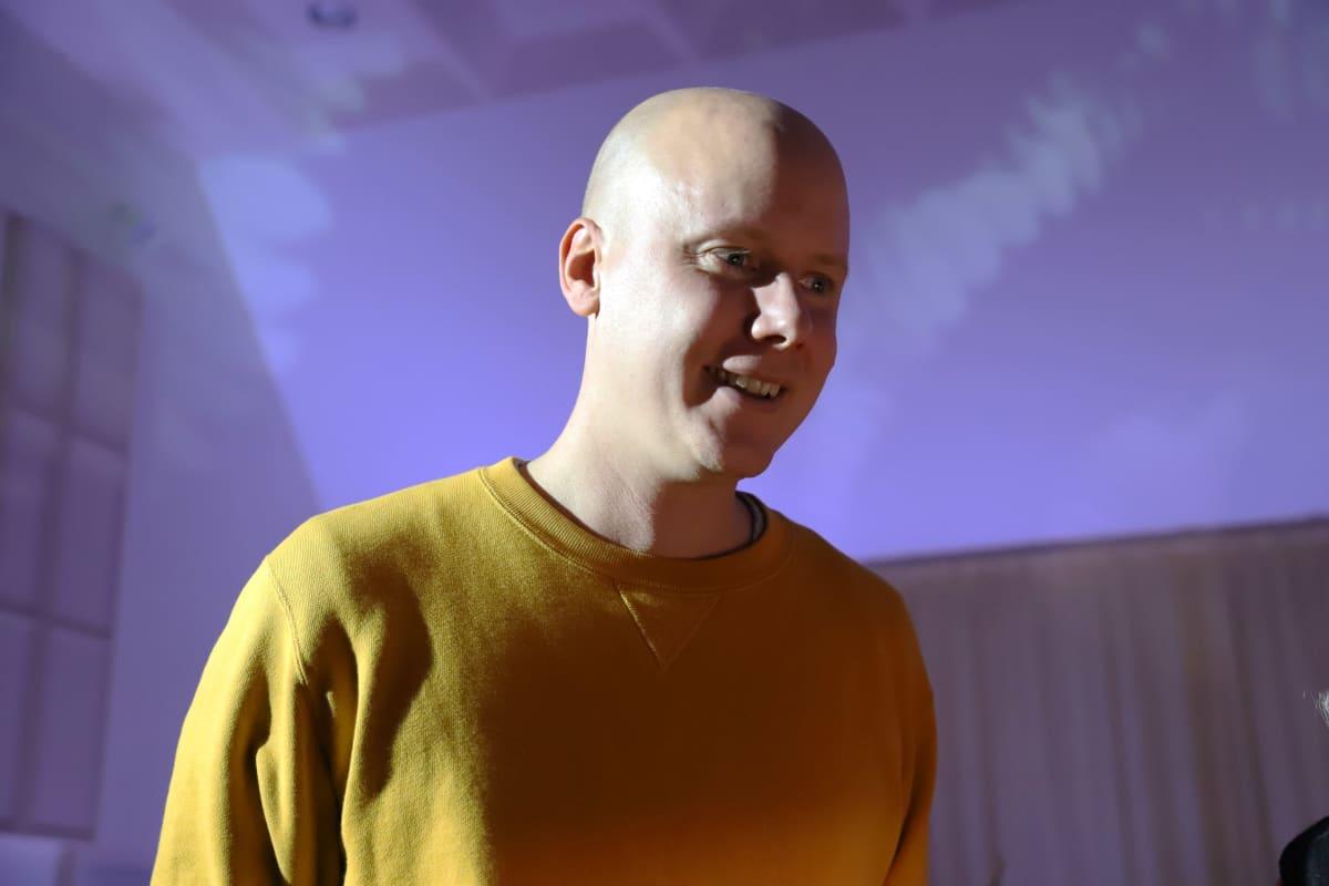 Valosuunnittelija Joonas Tikkanen Kotkan konserttitalolla.