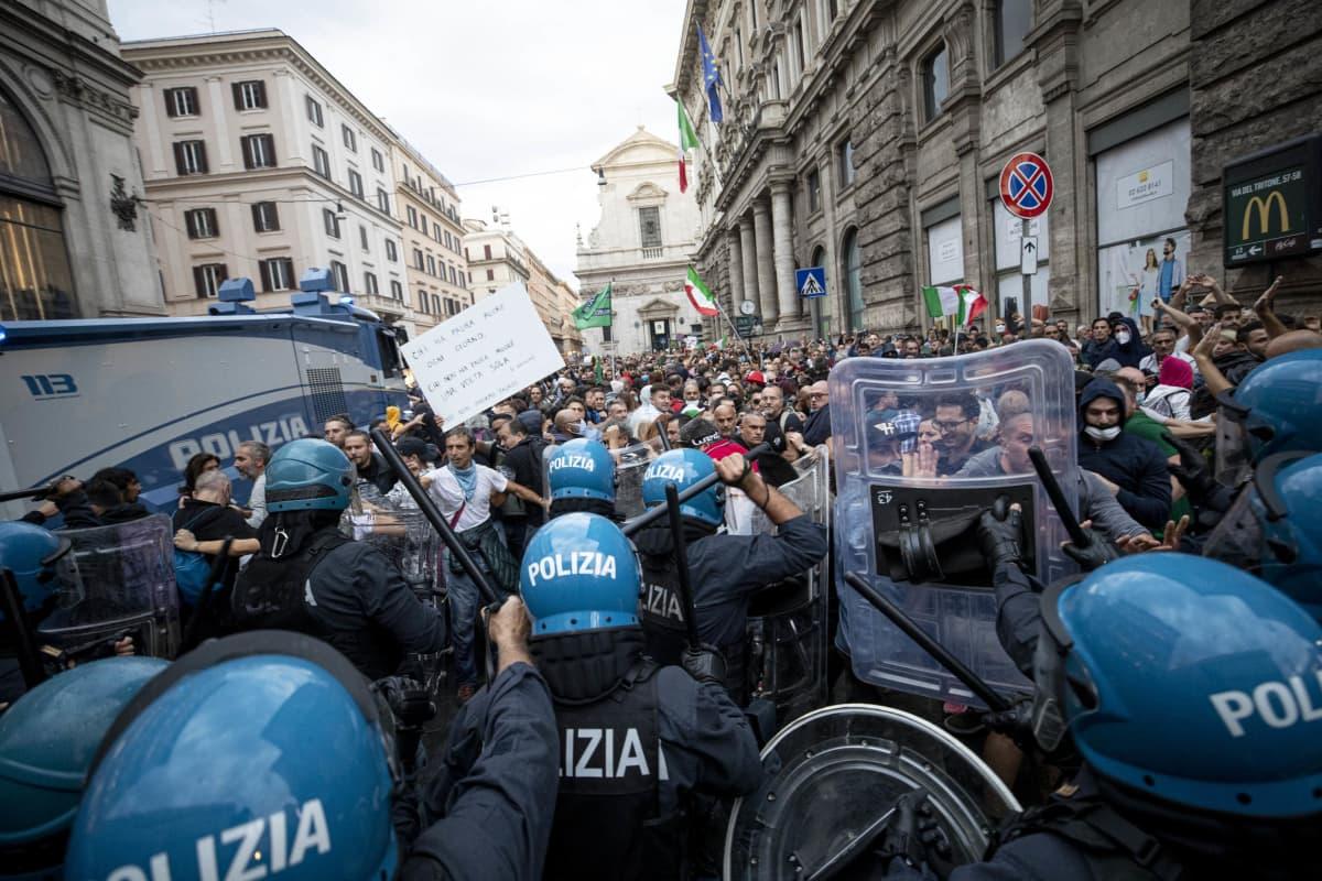 Poliisi ja mielenosoittajat ottavat yhteen Roomassa.