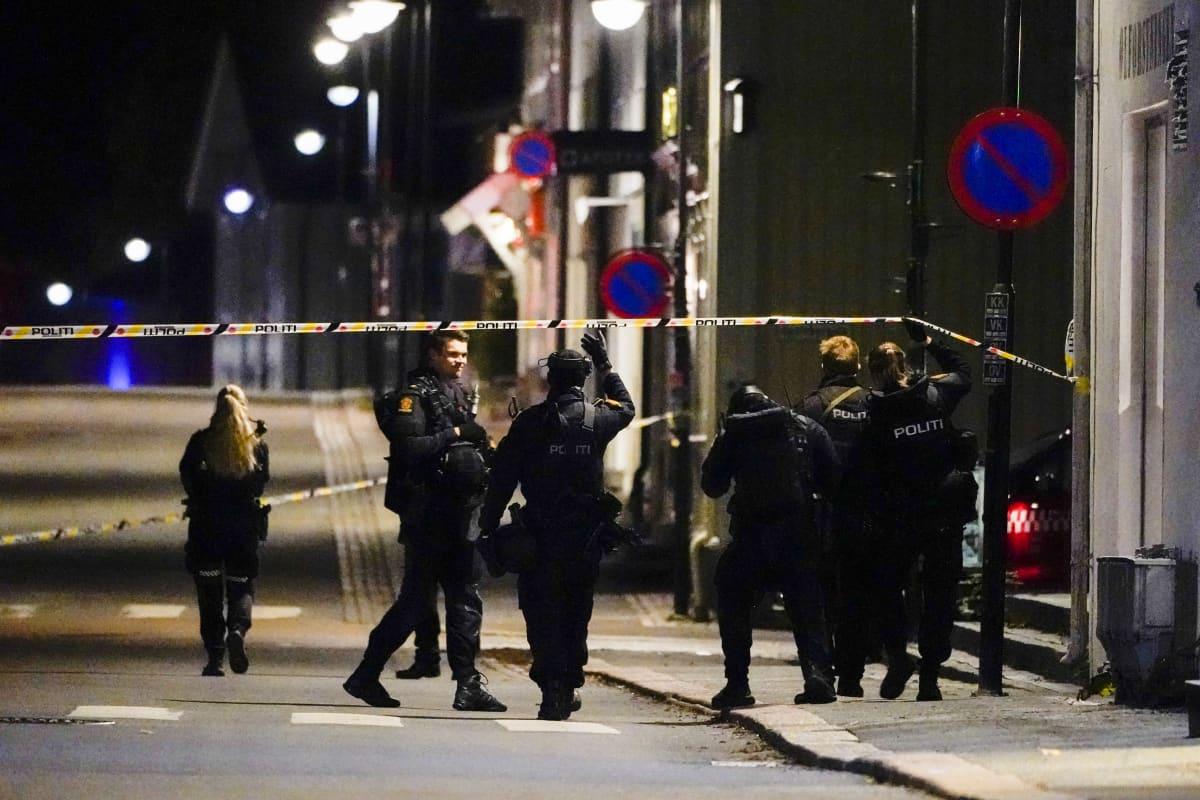 Poliiseja illalla tutkimassa rikospaikkaa Kongsbergissa.