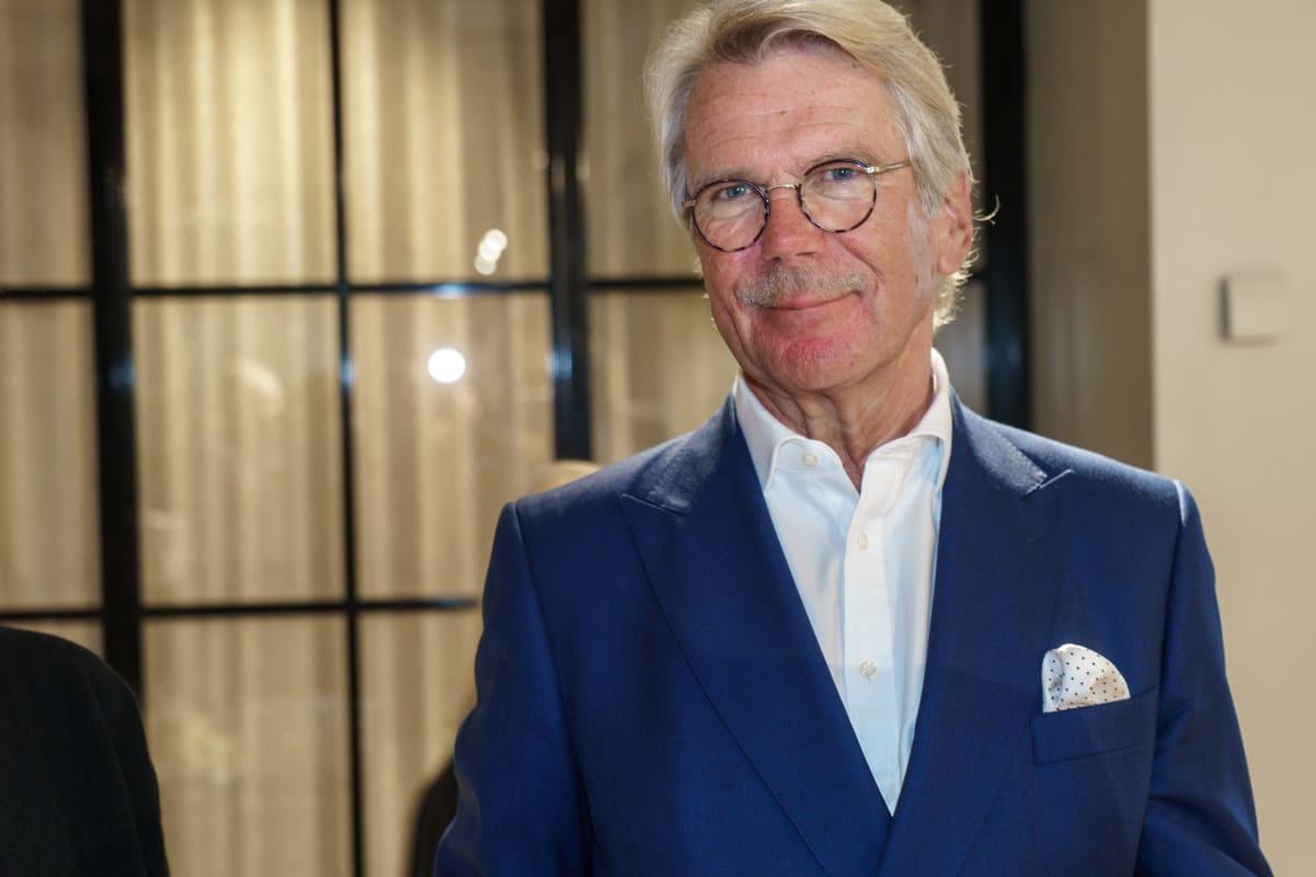 Björn Wahlroos hymyilee henkilökuvassa.