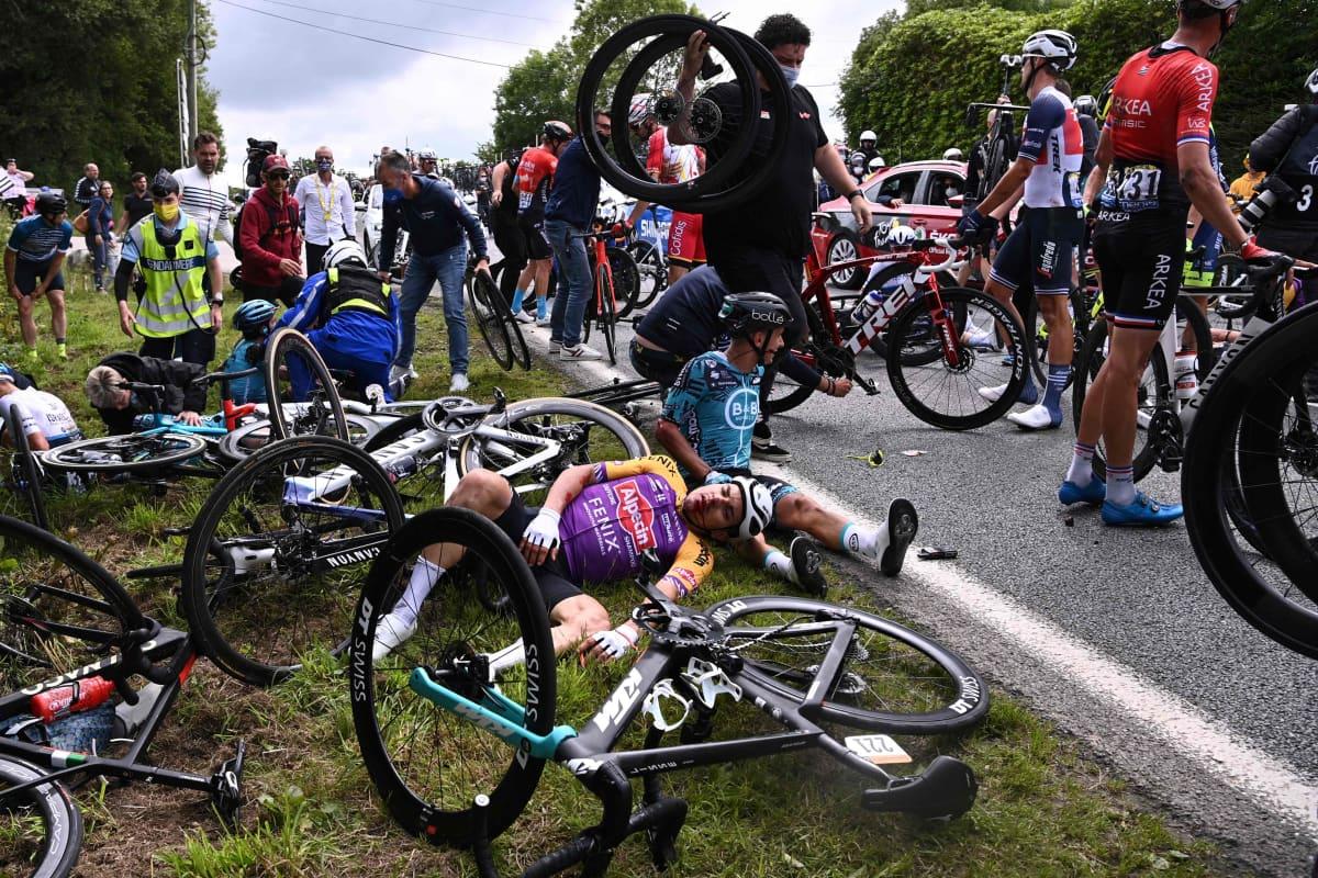 Pyöräilijöitä makaa tien vieressä Tour de Francen 2020 ensimmäisen etapin joukkokolarin jäljiltä.