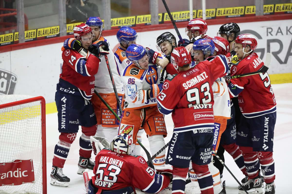 Rähinä HIFK:n maalilla. Tappara loi paljon painetta vastustajan maalille.