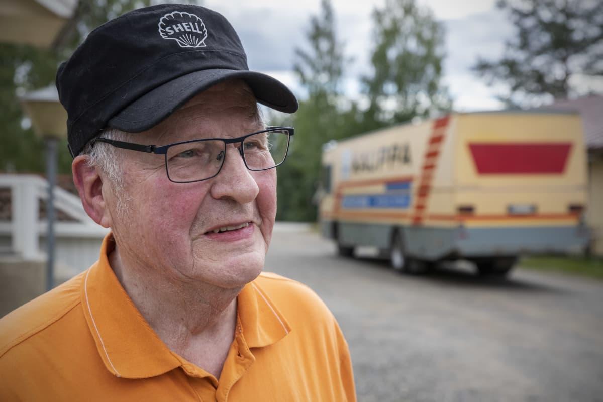 Kauppias Matti Sallinen kauppa-autonsa äärellä.
