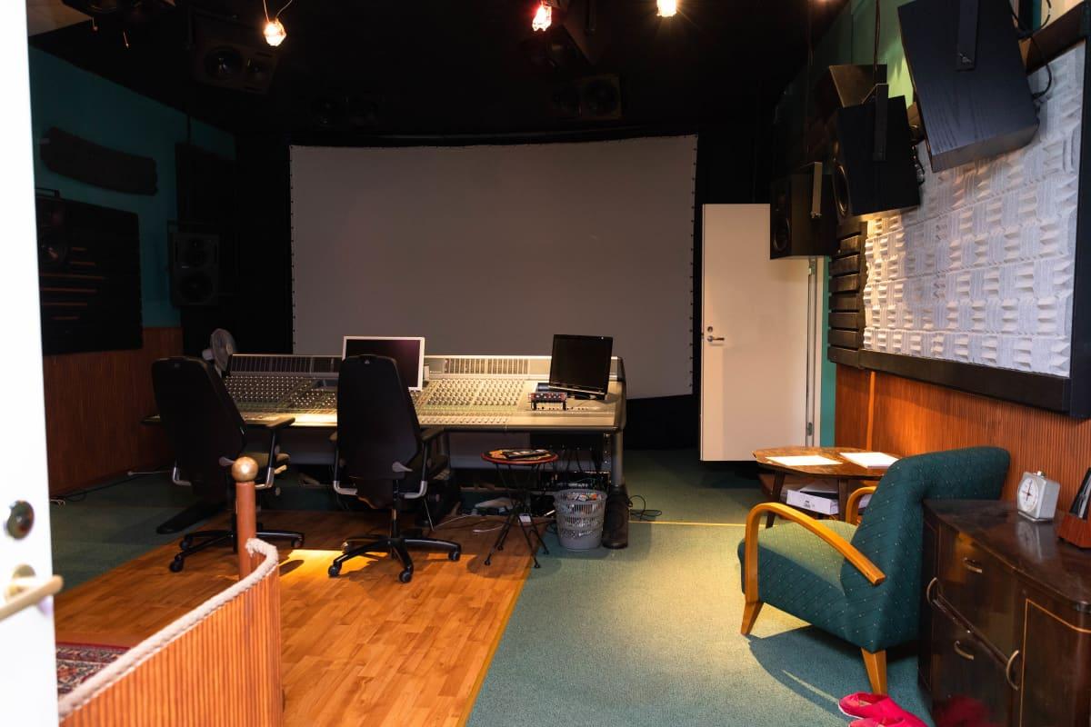 Kalevalastudion tilat sijaitsevat entisessä Kino Maunulassa Helsingissä.