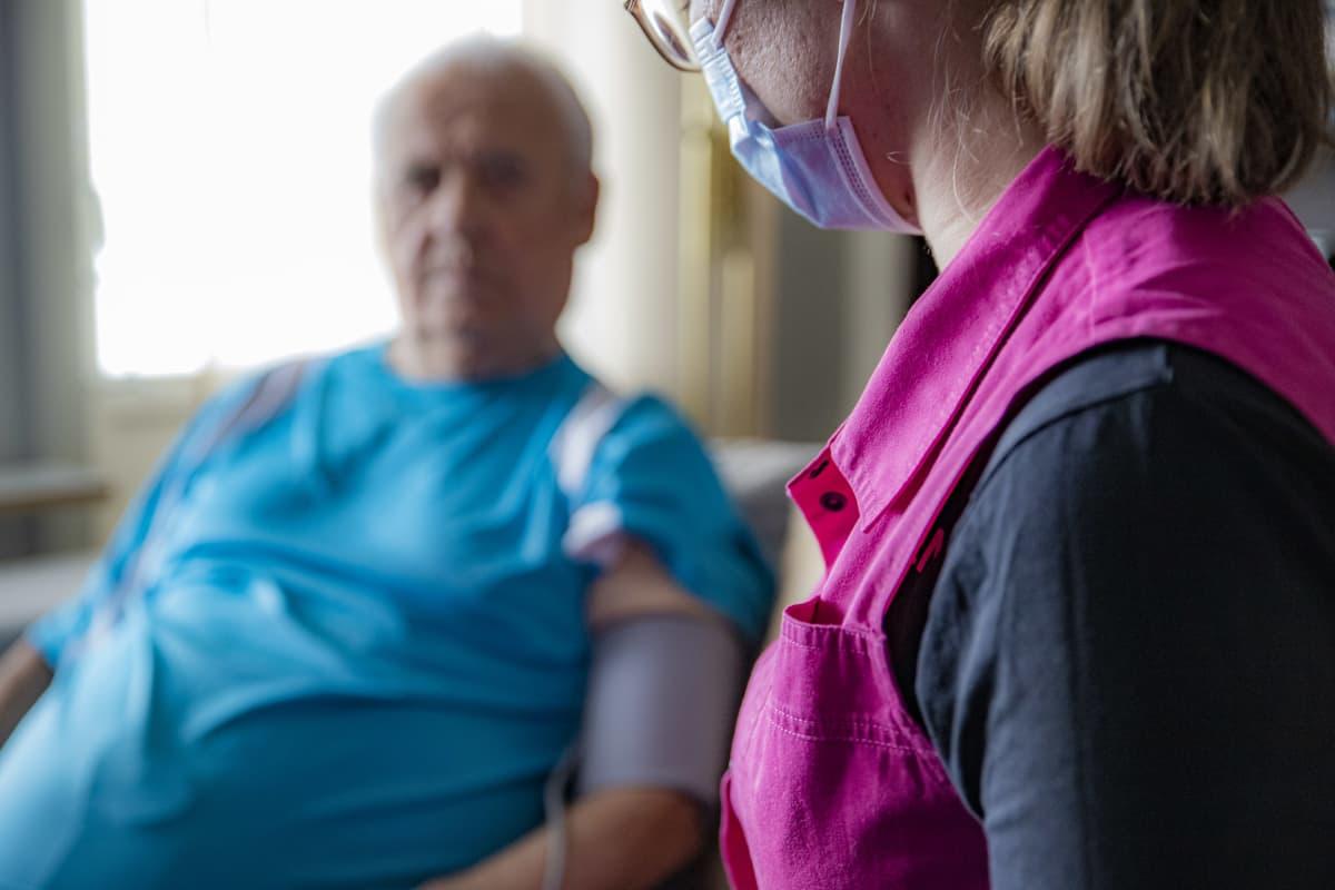 Kemiläinen lähihoitaja hoitaa vanhusta