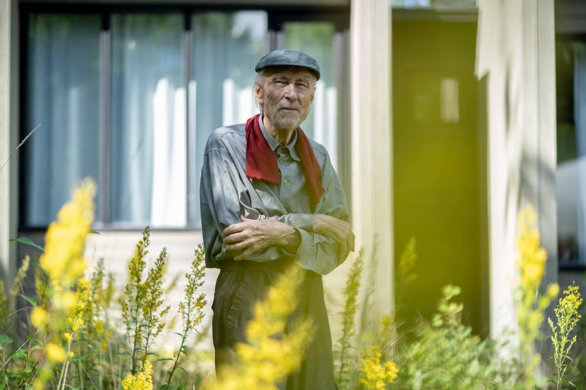 Suomalainen sisustusarkkitehti ja muotoilija Yrjö Kukkapuro puutarhassaan, taiteilija-ateljee, Kauniainen, 5.8.2020.