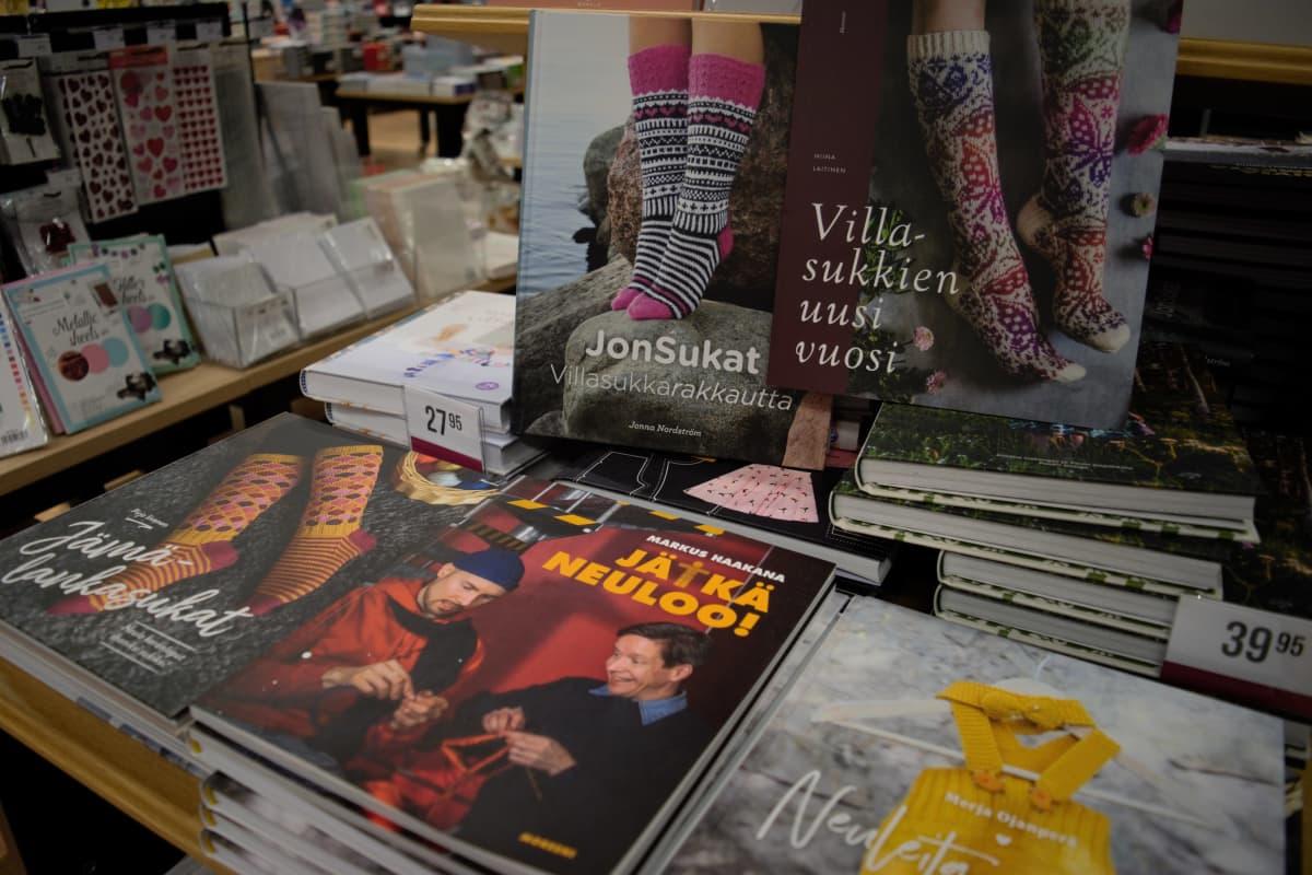 Villasukkakirjoja kirjakaupan pöydällä