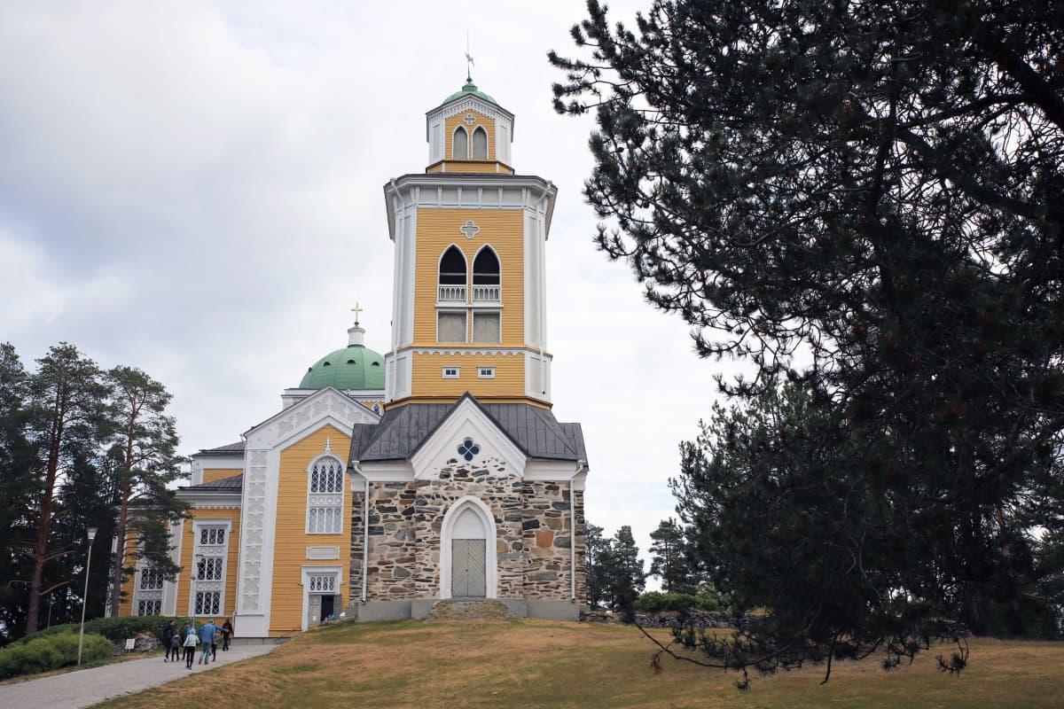 Kerimäen kirkko pilvisenä kesäpäivänä.