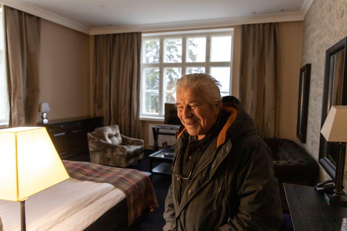 Matti Hjerppe Holiday Clubin hotellihuoneessa, joka ennen oli sairaalahuone.