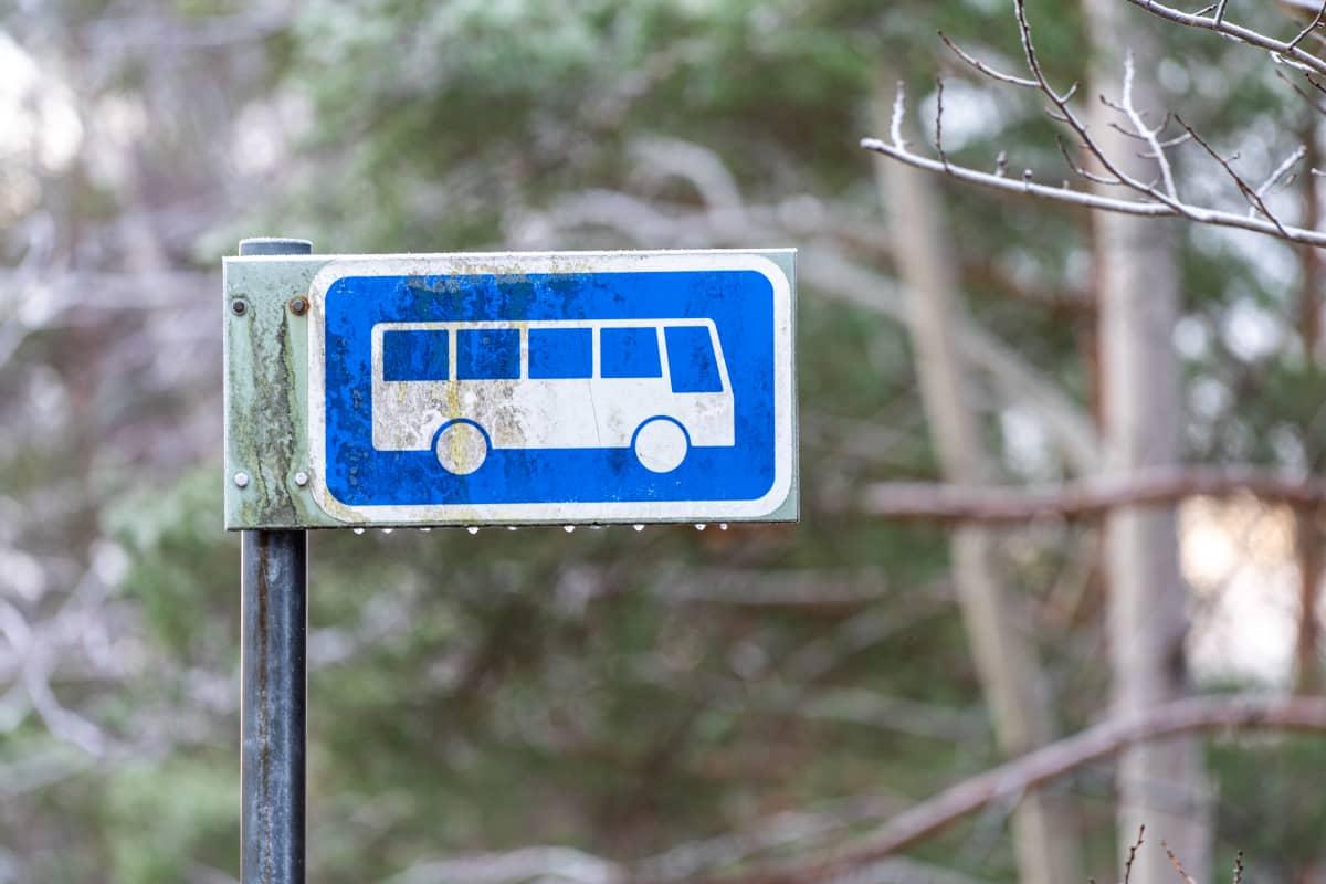 Linja-autopysäkki maaseudulla.