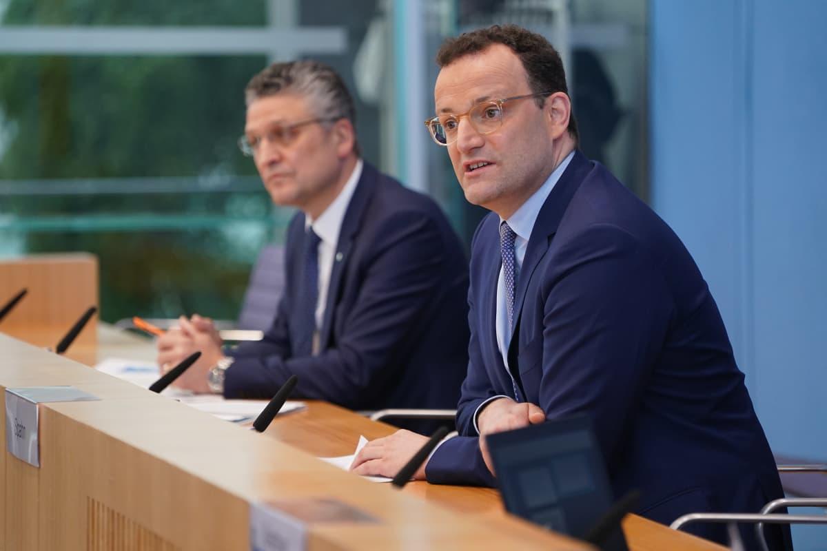 Robert Koch -instituutin johtaja Lothar Wieler (vasemmalla) ja Saksan terveysministeri Jens Spahn tiedotustilaisuudessa 17. huhtikuuta 2020.