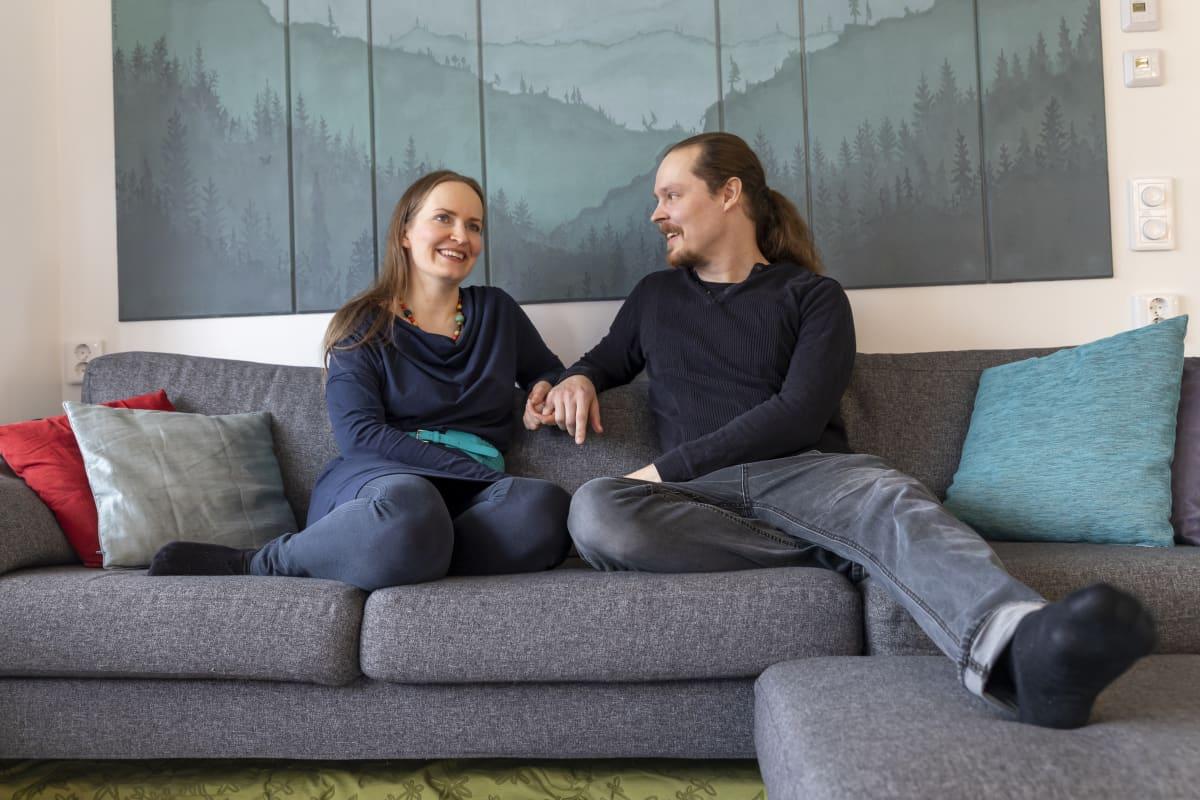 Anne ja Ville Mönkkönen kotisohvallaan.