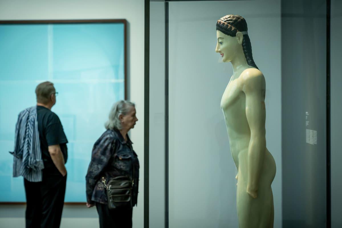 """Museovieraita Ateneumin taidemuseon """"Inspiraatio - nykytaide & klassikot"""" näyttelyssä, Helsinki, 4.8.2020."""