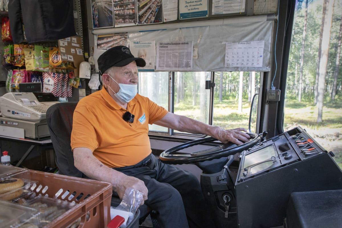 Matti Sallinen ajaa kauppa-autoa.