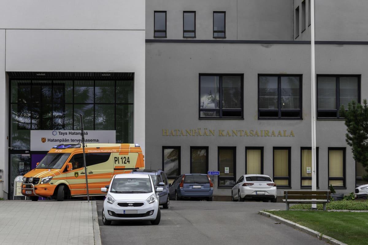 Ambulanssi Hatanpään kantasairaalan ovella