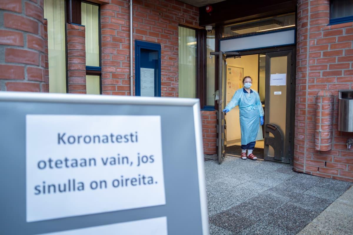 Sairaanhoitaja Terhi Vähätalo Hervannan koronakioskissa.