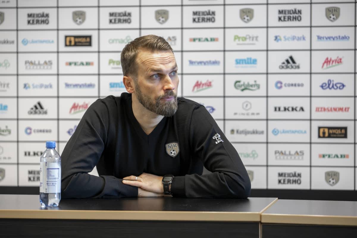 Valmentaja Jani Honkavaara SJk:n lehdistötilaisuudessa.