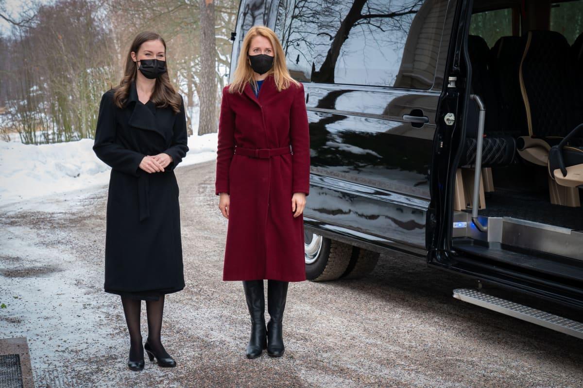 Viron pääministeri Kaja Kallas (oik.) ja Suomen pääministeri Sanna Marin pääministerin virka-asunnolla Kesärannassa.