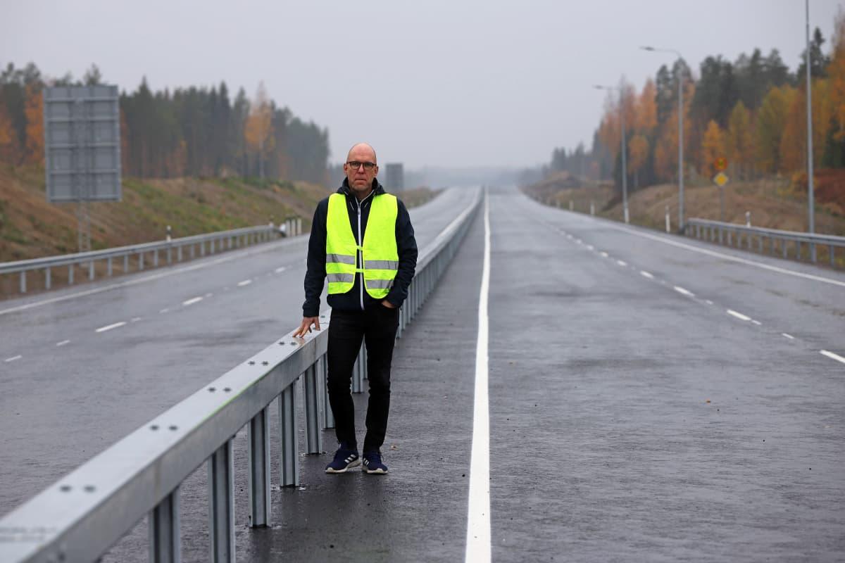 Väyläviraston projektipäällikkö esittelee uuden Viitostien keskikaidetta Mikkelin ja Juvan välillä.