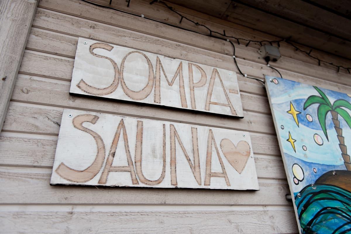 Kuvassa Sompasaunan kyltti.