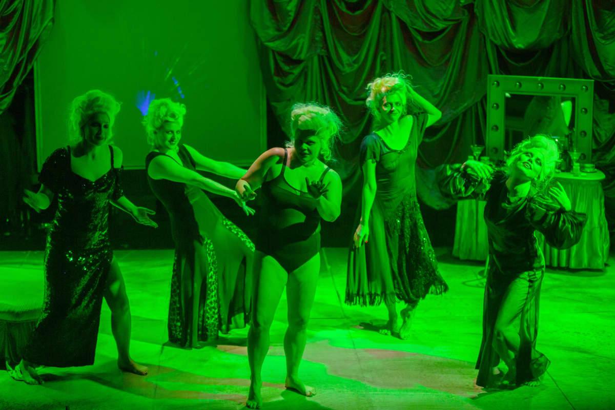 Naiskaarti lavalla vähäpukeisina.