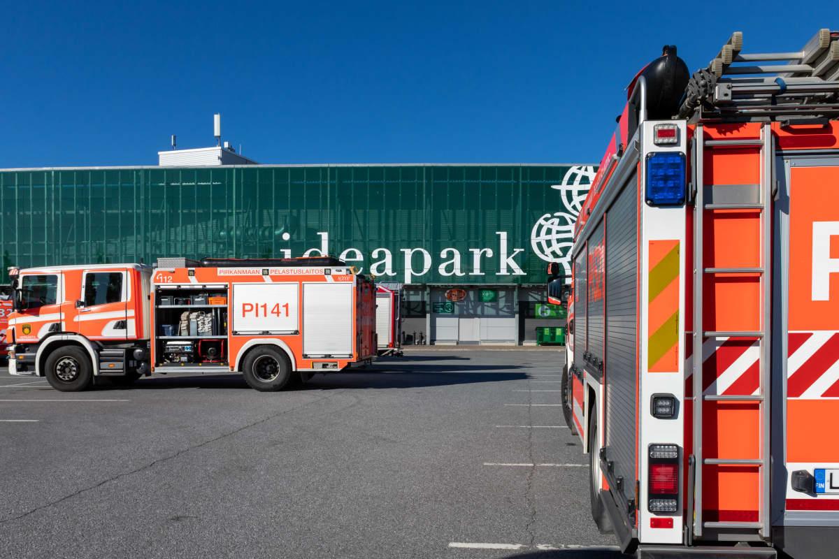 paloautoja Ideaparkin edessä