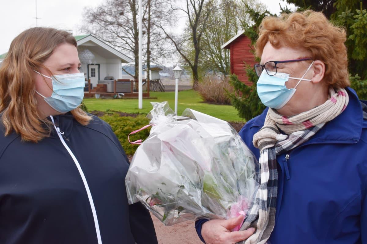 Laura Toivonen ja Tuula Vätti katsovat toisiaan.