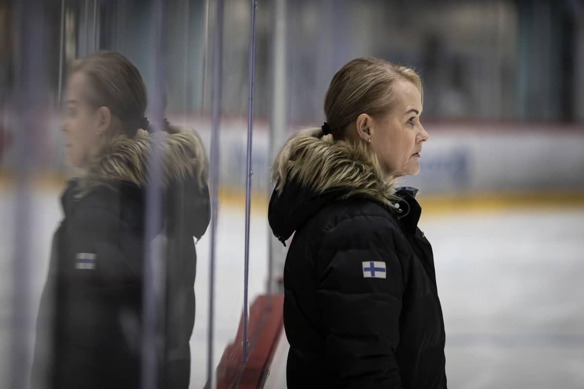 Ulla Papp mietteliään näköisenä jäähallissa.