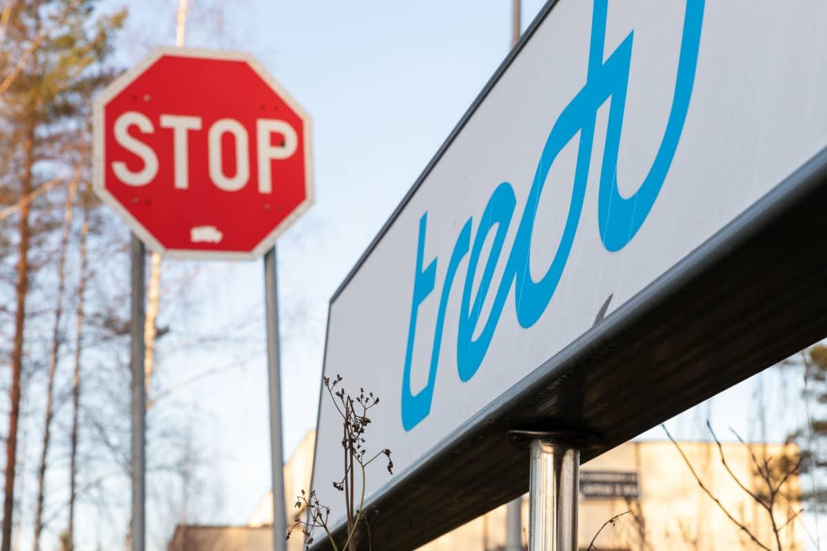 Trendin kyltti ja stop-merkki