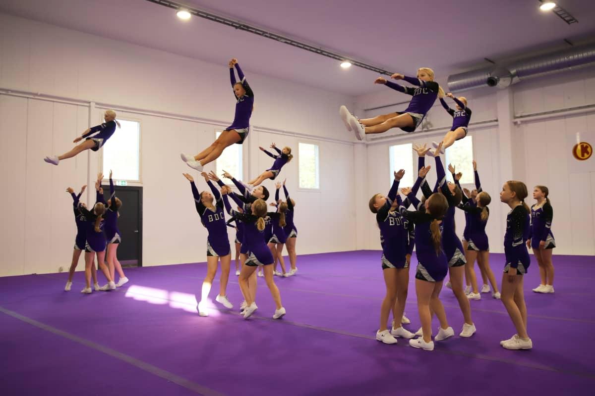 Black Diamond Cheerleadersin 2011-2009 -syntyneiden kilpajoukkue Mirage