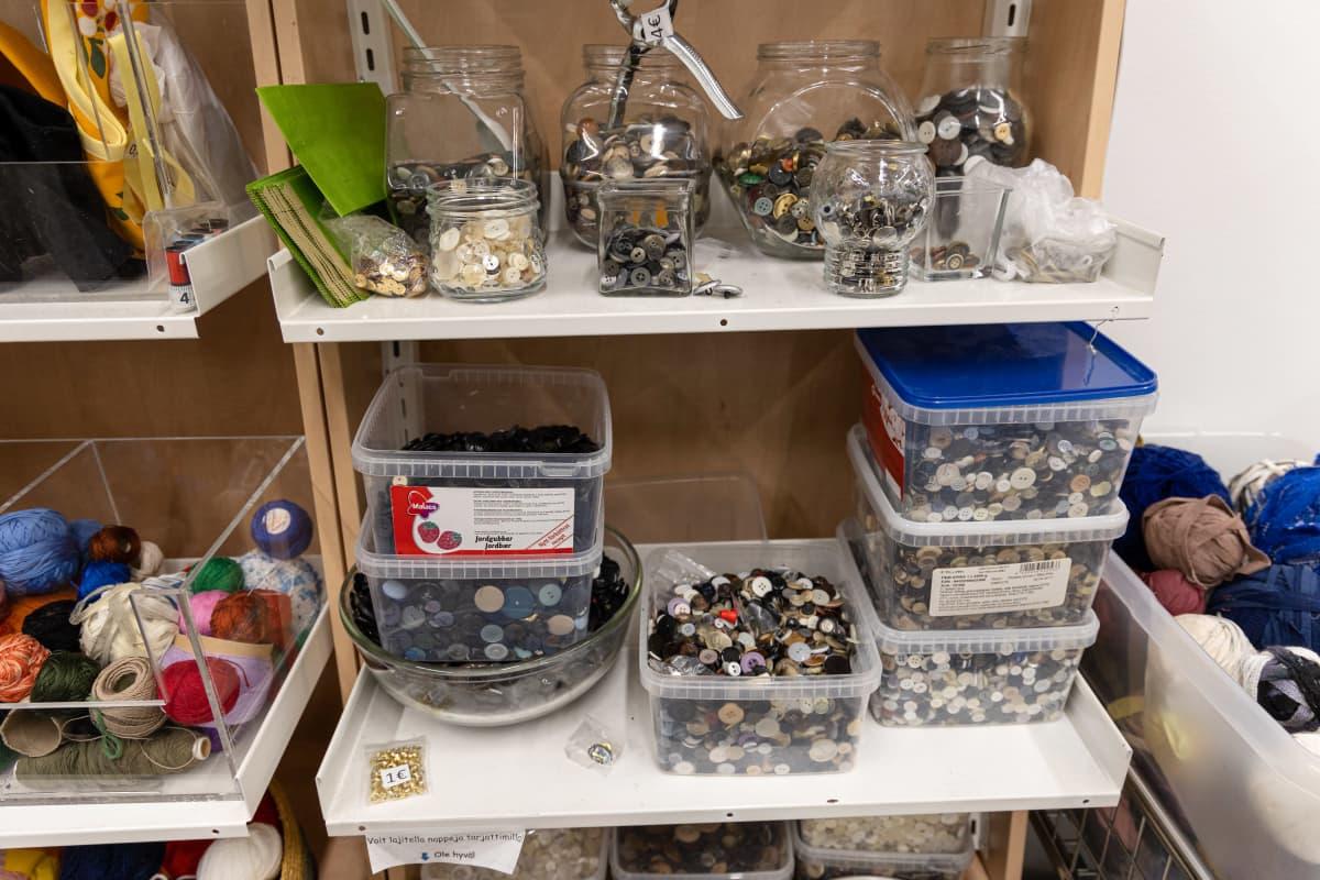 Käytettyjä nappeja myynnissä Saimaan Virran myymälässä Imatralla