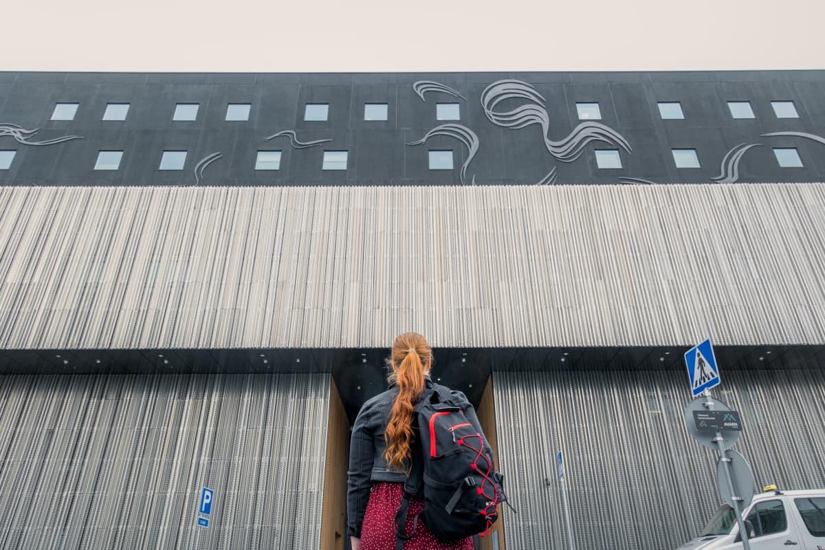 Sonja Lakaniemi tietää jo, että edessä on kiireinen kesä hoitajana Keski-Suomen keskussairaala Novassa.
