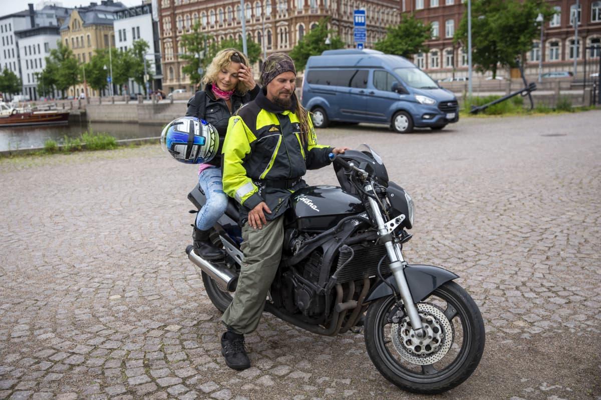 Sinkkuveneilijöille tarkoitetun ryhmän perustaja Henrik von Wendt moottoripyörän selässä yhdessä Annan kanssa