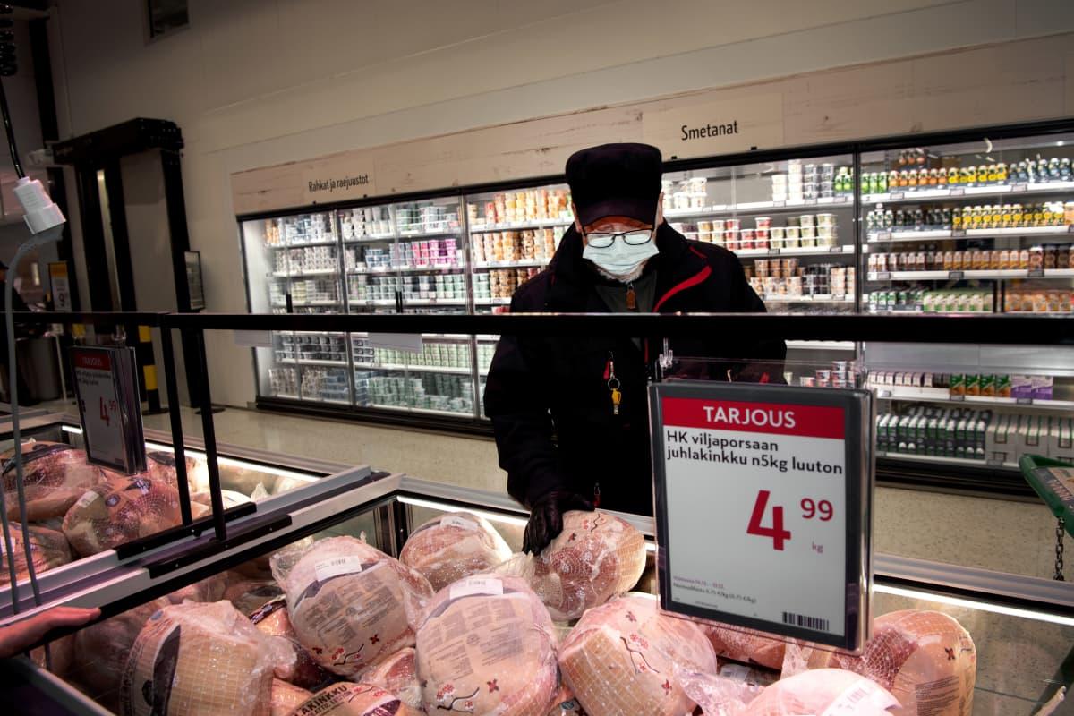 Kari Heino tutkii joulukinkkua ruokakaupassa.
