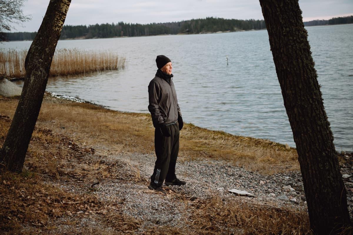 Kuvassa sellisti Eicca Toppinen seisoo rannassa ja katsoo merelle.