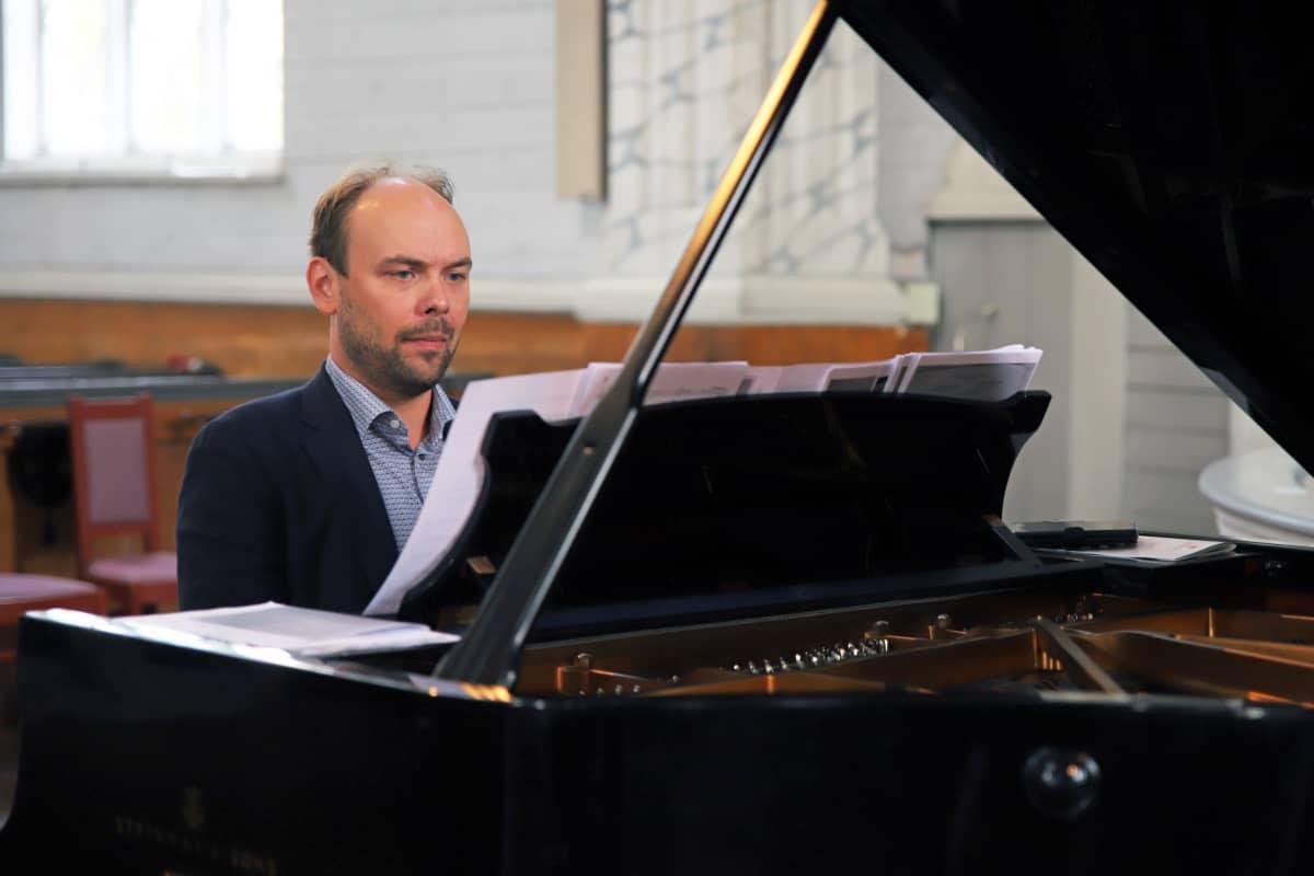Ville Matvejeff soittaa pianoa Kerimäen kirkossa.