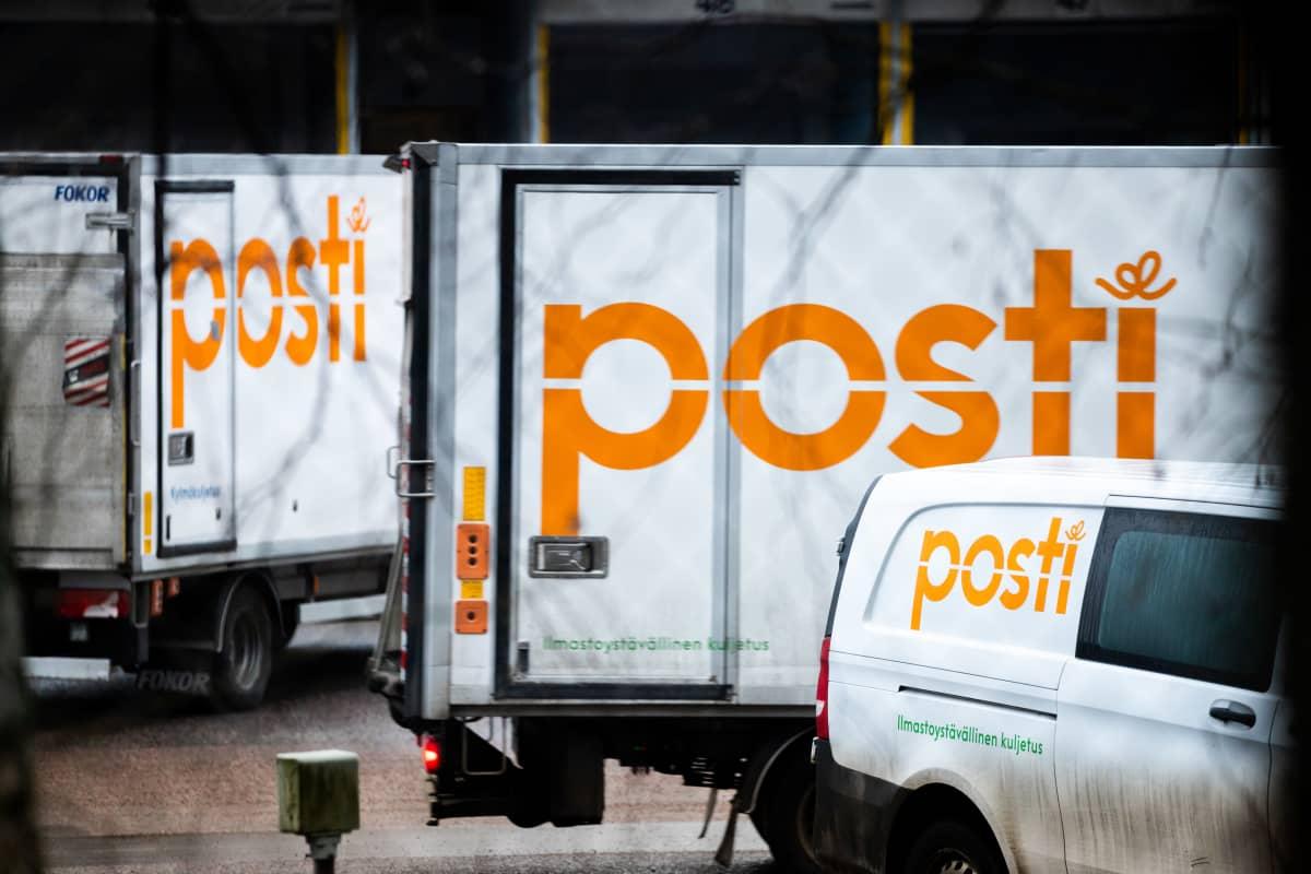 Postin kuljetusautoja Postintaipaleella Helsingin Ilmalassa.