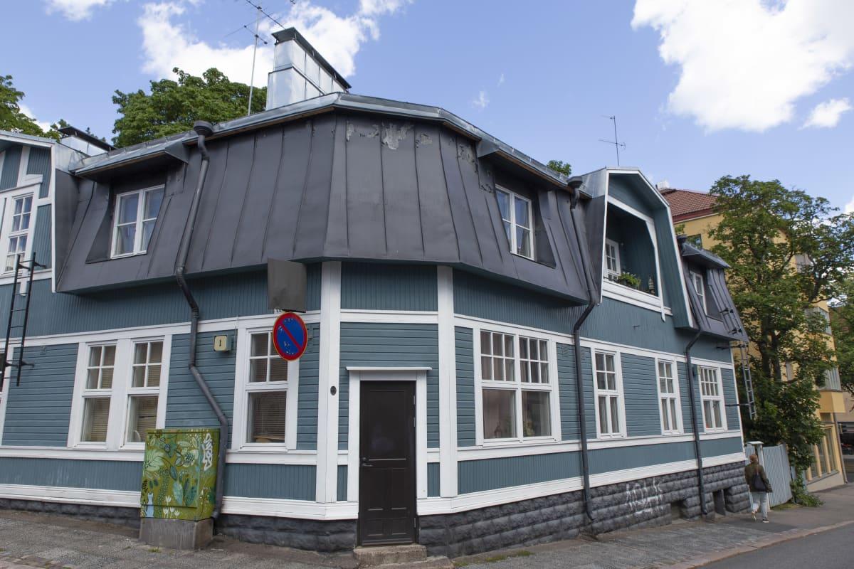 Jugend-talo puuvallilassa. Puu-Vallilan rakentaminen alkoi vuosina 1910-13 kaupunginarkkitehti Karl Hård af Segerstadin mallisuunnitelman pohjalta.