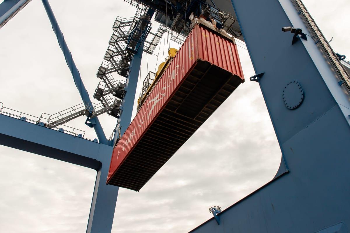 Rahtilaivaan lastataan kontteja HaminaKotkan satamassa.