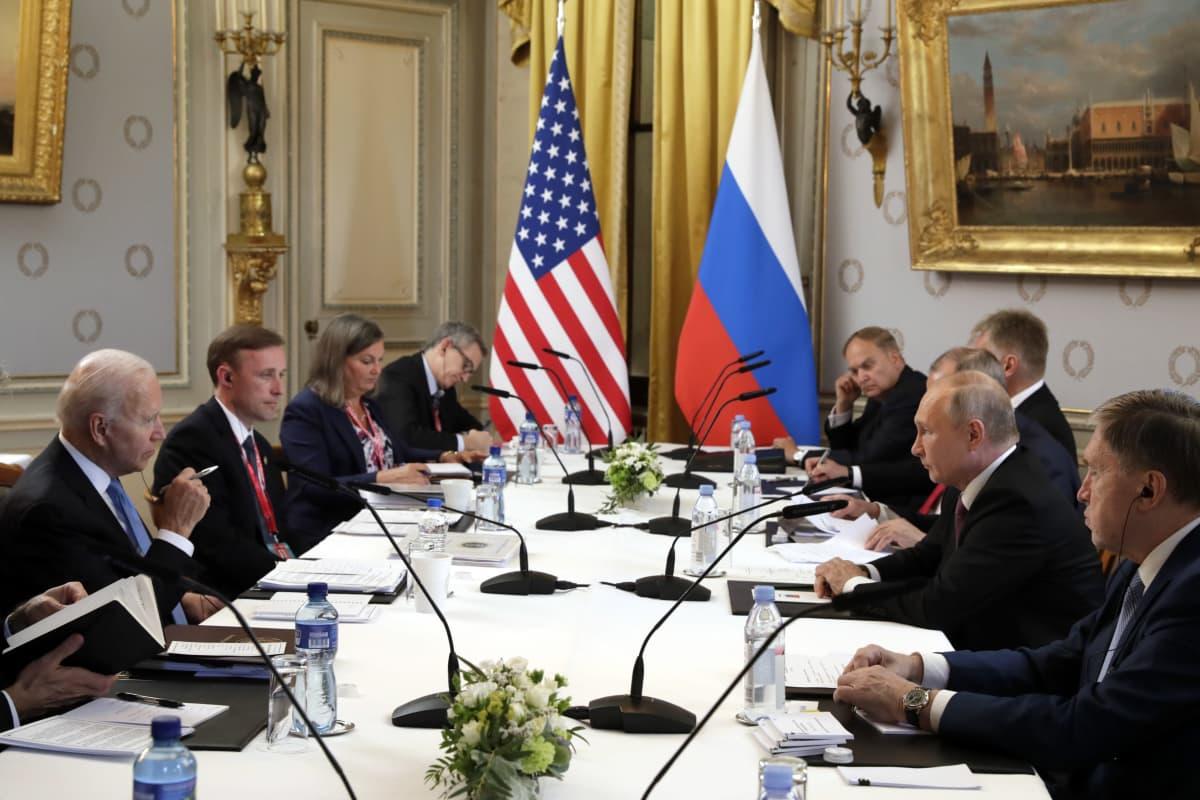 Presidentit esikuntineen neuvotteluissa Genevessä 16. kesäkuuta 2021.
