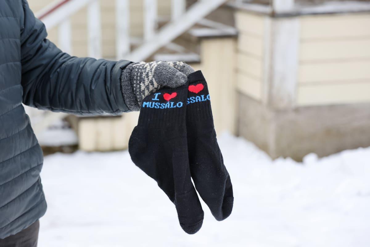 Ari Mussalo esittelee Mussalo-sukkia.