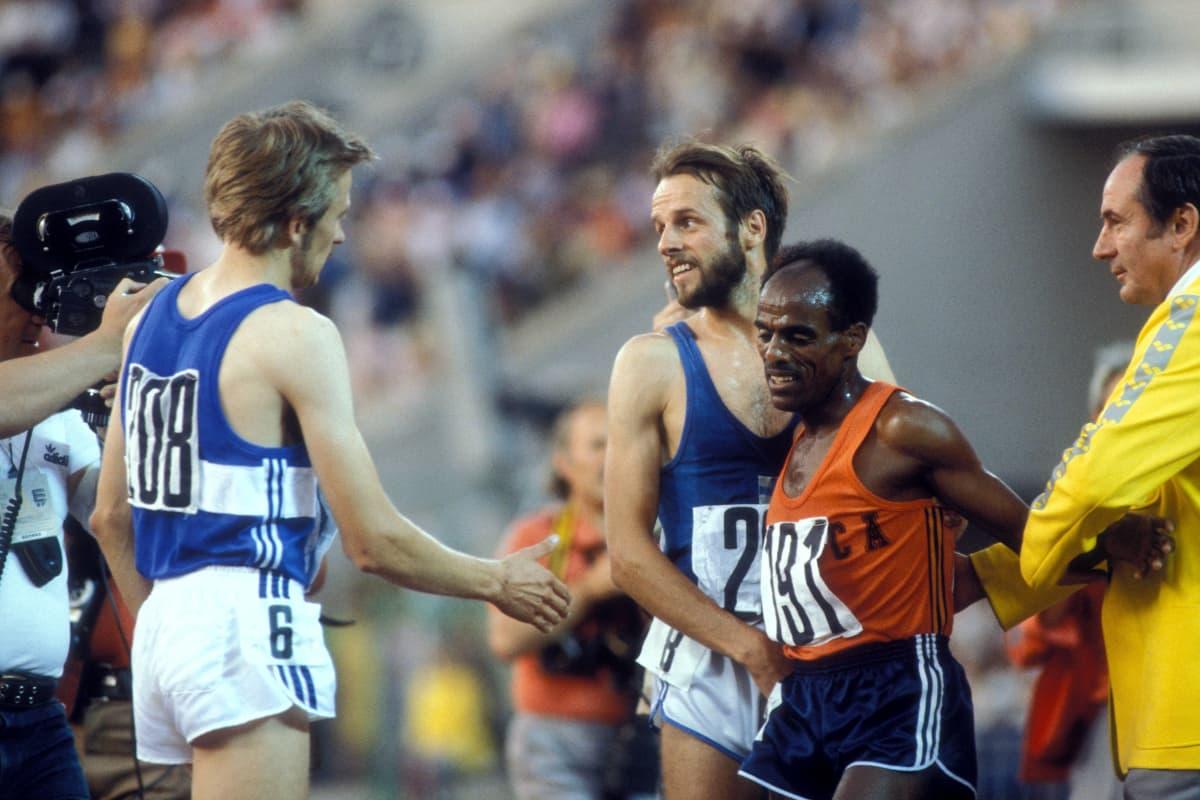 Kaarlo Maaninka och Lasse Virén gratulerar Miruts Yifter, 10 000 meter OS 1980.