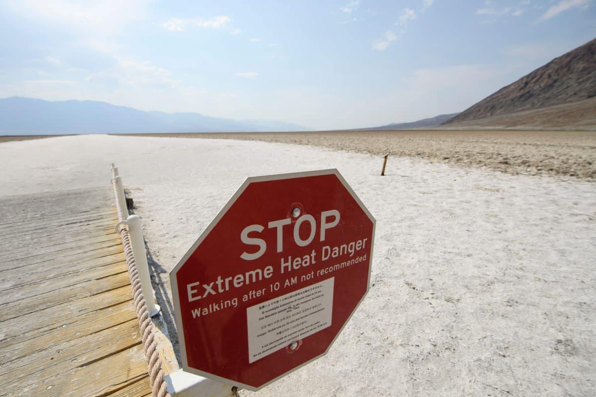 Stop-kyltti varoittaa äärimmäisestä kuumuudesta.