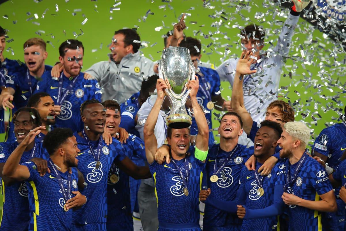 Cesar Azpilicueta nostaa Chelsean Supercupin pokaalin ilmaan Belfastissa