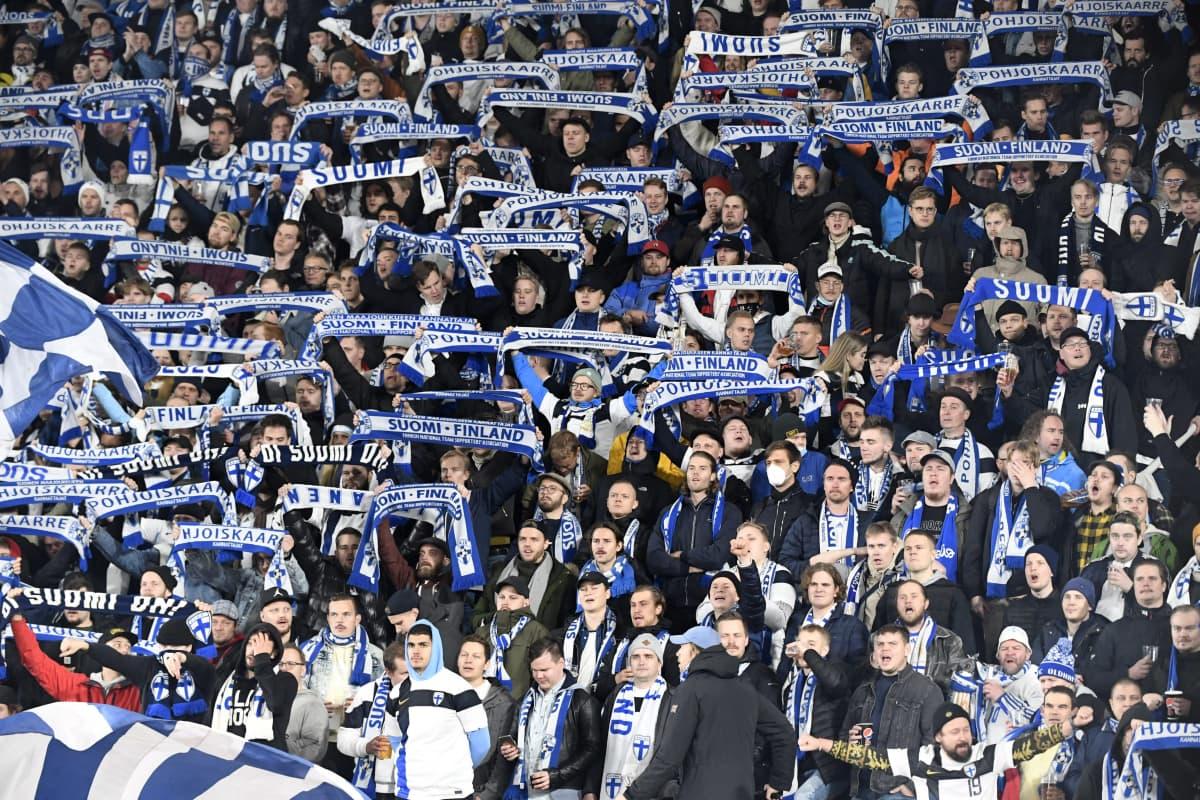 Suomalaisia jalkapallonkannattajia Helsingin Olympiastadionilla.